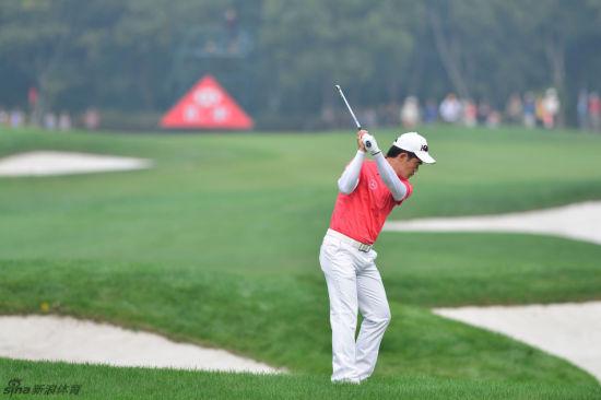 北京时间11月3日,美国大炮达斯汀-约翰逊凭借强劲的收官,连续第二轮在上海佘山国际高尔夫俱乐部交出66杆,四轮总成绩为264杆,低于标准杆24杆,最终领先保尔特3杆赢得世锦赛-汇丰冠军赛冠军。中国著名高尔夫球手梁文冲星期天在佘山国际高尔夫俱乐部打出66杆,低于标准杆6杆,最终以277杆(72-67-72-66),低于标准杆11杆完成赛事。这个成绩超越了张新军两年前在这里打出的低于标准杆10杆。   如歌也在美丽的[上海佘山高尔夫]3D球场上举办了[如歌十一月全国月例赛]。在如歌室内高尔夫模拟器上举办的比赛